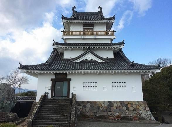 den-tham-quan-ngoi-lang-samurai-nhat-ban